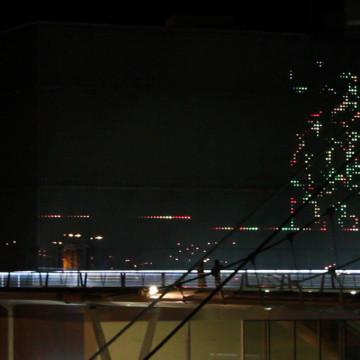 Autómatas recorriendo codigos QR en la fachada